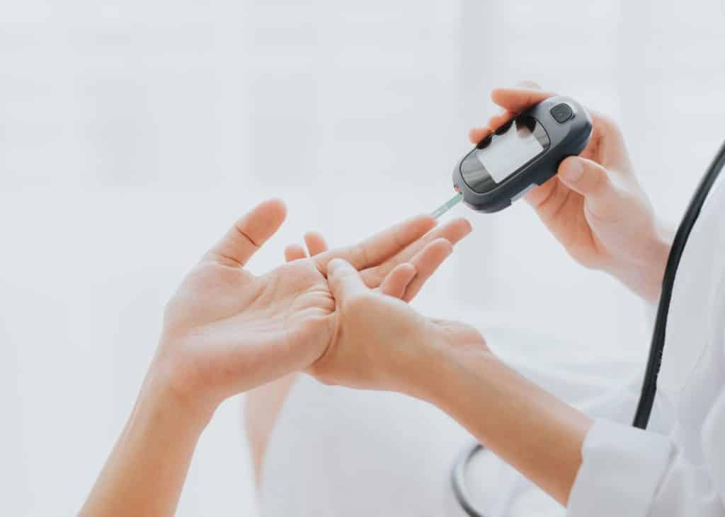 Blutzucker-Messgerät an einem Finger