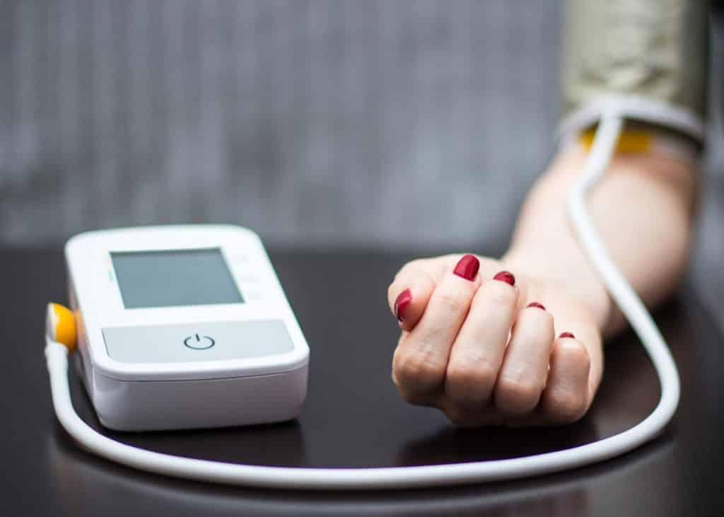 Blutdruckmessgerät an einem Arm