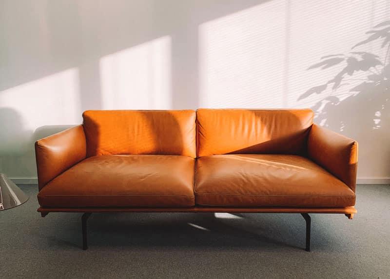 orangene Couch