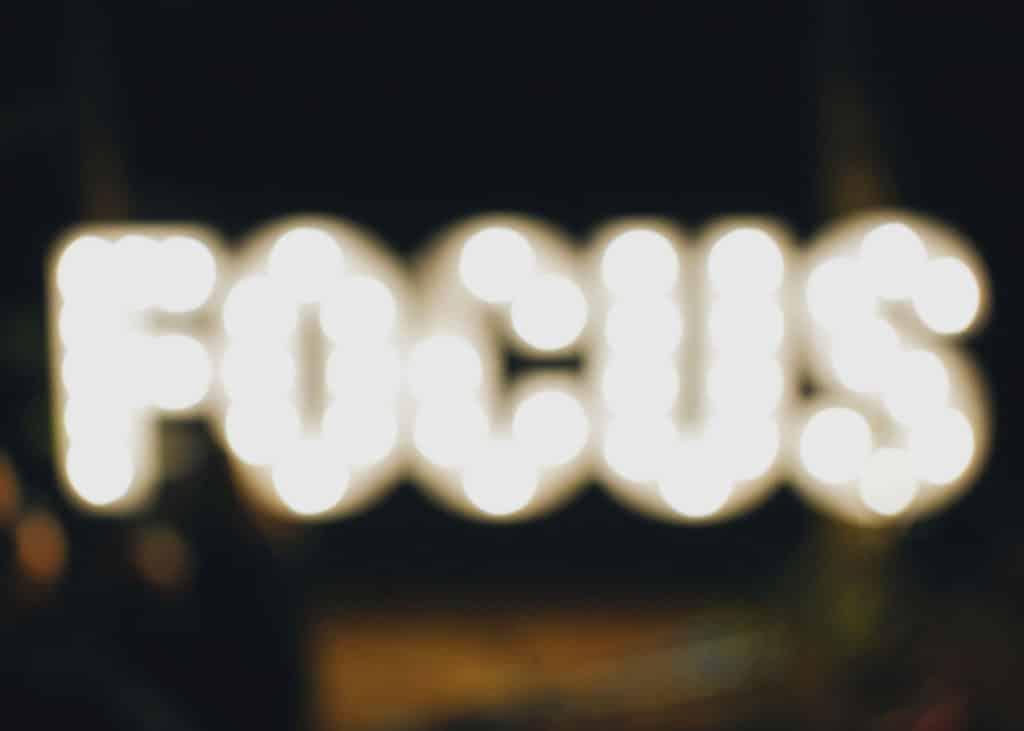 Focus mit unscharfen Lichtern geschrieben