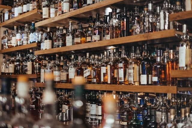 Regal mit Alkoholflaschen