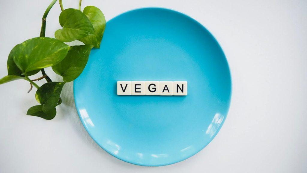 """Teller mit Buchstabe """"vegan"""""""